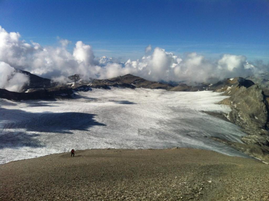 Der Plaine Morte Gletscher weit unten.